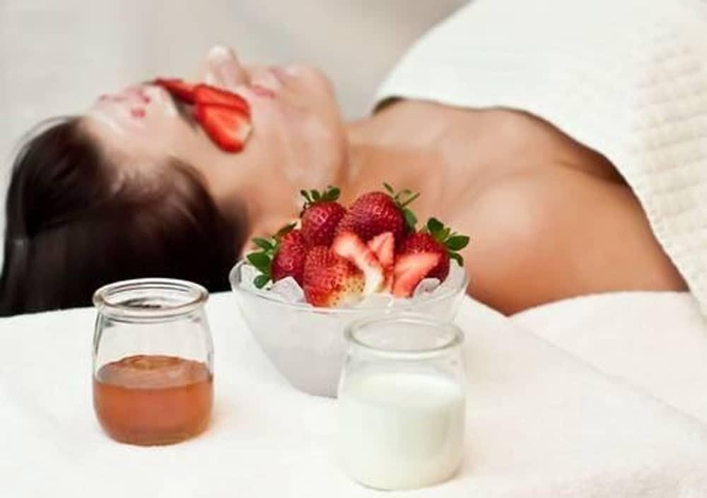 strawberries slices on eyes to get rid of sleepy eyes